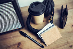 特写镜头堆空白牛皮纸名片大模型木表背景 拿走咖啡杯Coworking演播室 现代 免版税库存照片