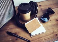 特写镜头堆空白牛皮纸名片大模型木表背景 拿走咖啡杯Coworking演播室 现代 库存照片