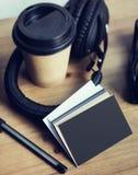特写镜头堆空白黑色纸名片大模型木表背景 拿走咖啡杯Coworking演播室 现代 图库摄影
