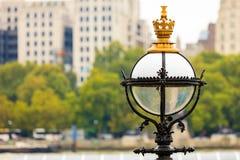 特写镜头维多利亚女王时代的街灯在城市伦敦 库存照片