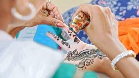 特写镜头大师在印度得出与无刺指甲花的样式在手指 影视素材