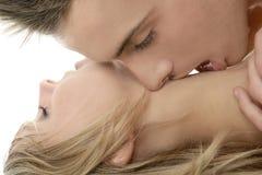 特写镜头夫妇亲吻自然纵向 免版税库存照片