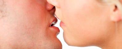 特写镜头夫妇亲吻 免版税库存图片