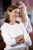 特写镜头女儿少年厨房的母亲 库存照片