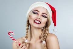 特写镜头女孩冬天画象圣诞老人帽子的 明亮的创造性的构成 正的情感 库存照片