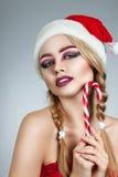 特写镜头女孩冬天画象圣诞老人帽子的 明亮的创造性的构成 正的情感 库存图片