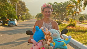 特写镜头女孩通过棕榈风的乘驾脚踏车震动头发 影视素材