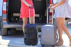 特写镜头女性腿临近手提箱 免版税图库摄影