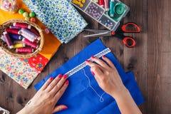 特写镜头妇女的手缝的缝制 免版税图库摄影
