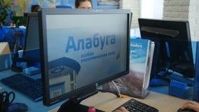 特写镜头妇女研究在轻的办公室侧视图的计算机 股票录像