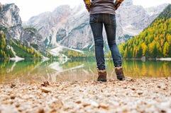 特写镜头妇女远足者腿射击湖Bries岸的  免版税库存图片