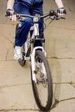 特写镜头妇女骑马自行车 免版税库存照片