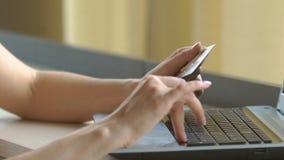 特写镜头妇女` s递拿着信用卡和使用键盘网上购物的 影视素材