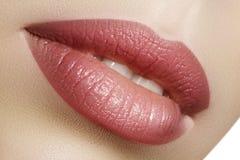特写镜头完善的自然嘴唇构成 在女性面孔的美丽的肥满充分的嘴唇 清洗皮肤,新构成 温泉嫩嘴唇 库存照片