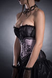 特写镜头射击了典雅的束腰的一名大乳房妇女 免版税库存图片