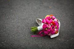 特写镜头射击了典雅的白色婚礼鞋子和新鲜的花束 图库摄影