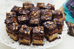 特写镜头射击了可口和鲜美乳脂软糖巧克力蛋糕wi 库存照片