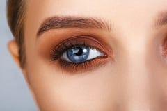特写镜头射击了在发烟性眼睛样式的女性眼睛构成 免版税图库摄影