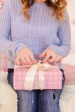 特写镜头射击了妇女有礼物盒的` s手在明亮的卧室w 库存图片