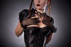 特写镜头射击了维多利亚女王时代的样式corse的可爱的少妇 免版税库存照片
