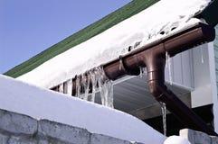 特写镜头射击了eavestrough在一个标准屋顶。 冬天 库存图片