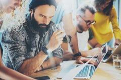 特写镜头小组现代年轻商人被会集一起谈论创造性的项目 工友突发的灵感会议 图库摄影