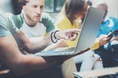 特写镜头小组现代年轻商人被会集一起谈论创造性的项目 遇见通信的工友 库存照片