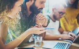 特写镜头小组现代朋友被会集一起谈论创造性的项目 年轻工友企业突发的灵感会议 库存图片