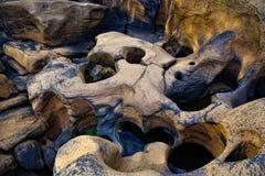 特写镜头岩石在河 免版税库存照片