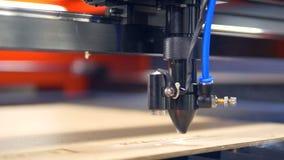 特写镜头 工业机器人激光切削刀分开与伟大的精确度 股票录像