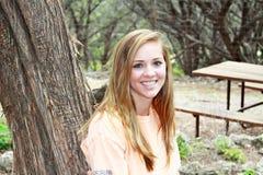特写镜头微笑的青少年的女孩 免版税库存照片