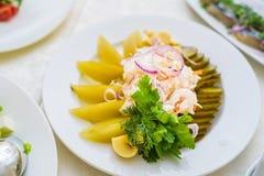 特写镜头德国泡菜供食与在板材的菜 免版税库存照片