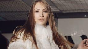 特写镜头性感妇女挥动诱人在富有的皮大衣 迟缓地 股票视频