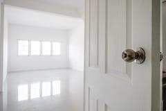 特写镜头打开了与空的绝尘室空间的门和从窗口的明亮的光 免版税库存照片