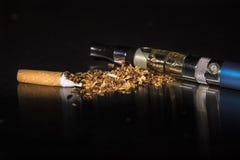 特写镜头打破的香烟中止抽烟 免版税库存照片
