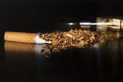 特写镜头打破的香烟中止抽烟 库存图片