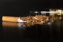 特写镜头打破的香烟中止抽烟 免版税库存图片