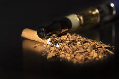 特写镜头打破的香烟中止抽烟 免版税图库摄影