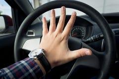 特写镜头按喇叭在交通的射击了恼怒的司机 免版税库存图片