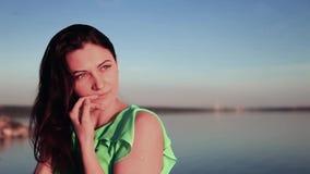 特写镜头 摆在反对海的美丽的女孩 影视素材