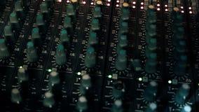 特写镜头摇摄射击了在一个混合的控制台上的EQ瘤 股票录像
