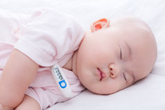 特写镜头新出生婴孩睡觉 库存照片