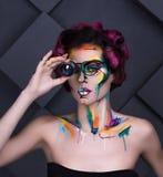 特写镜头时尚女孩faceart画象有透镜玻璃的 库存照片