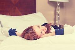 特写镜头有吸引力愉快女性放松在她的床上 库存照片