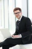 特写镜头-有膝上型计算机开会的一成功的商人博客作者 图库摄影