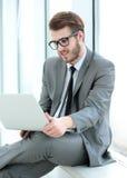 特写镜头-有膝上型计算机开会的一成功的商人博客作者 免版税库存图片