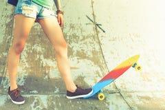 特写镜头有滑板的溜冰板者女孩室外在skatepark 免版税图库摄影