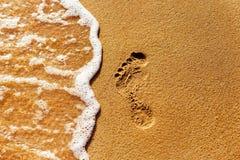 特写镜头构造了一个脚印刷品的图象在黄沙的在se 免版税库存图片