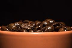 特写镜头棕色杯子用咖啡豆 库存图片