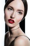特写镜头模型时尚画象与明亮的红色嘴唇的 库存照片